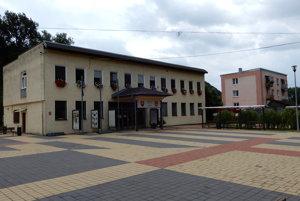 Centrum obce, budova obecného úradu.
