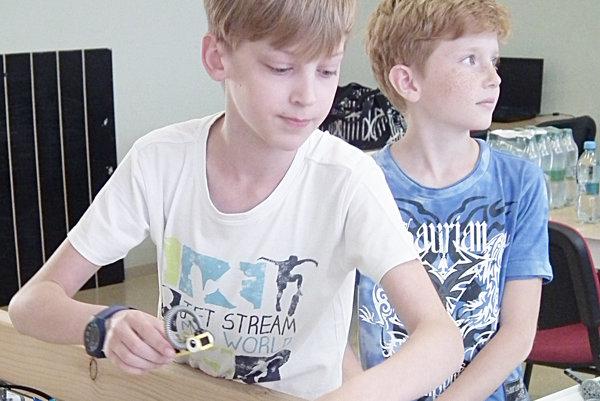 Adamovi a Tomášovi učarovala aj robotika.