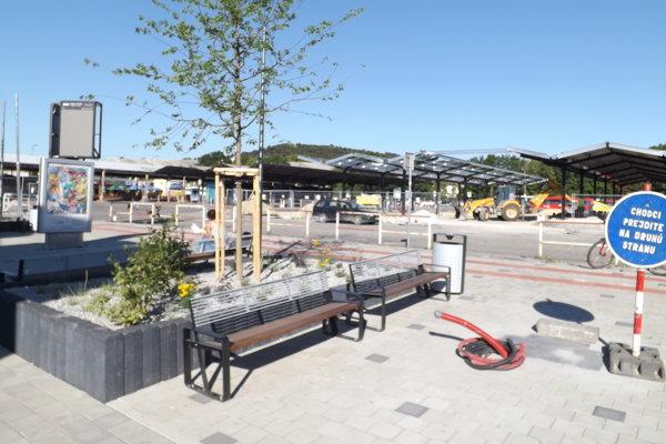 Aktuálne robia na stanici ďalšie prístrešky aj chodník, na ktorom pribudli lavičky a zeleň.