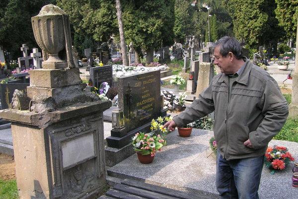 Za éry riaditeľa Záhradníckych služieb Mariána Tomajka (na snímke) mesto nakúpilo takmer sedemsto truhiel, no nikdy ich nezaplatilo.