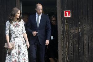 Kráľovský pár sa počas návštevy tábora stretol s bývalými väzňami.
