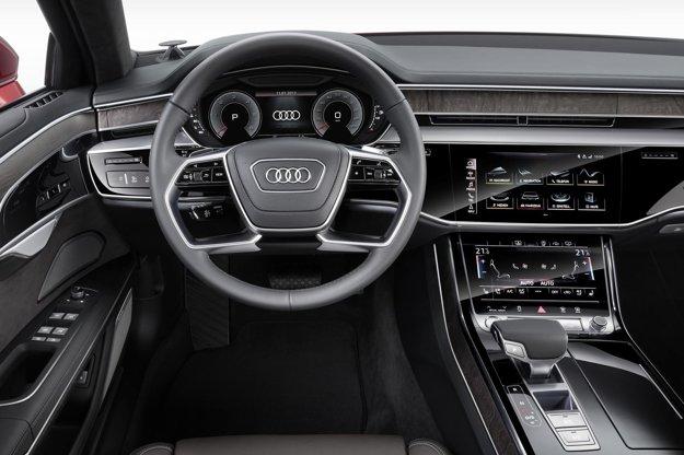 V modernom kokpite dominujú veľké dotykové displeje. Na pohon novej limuzíny Audi budú spočiatku slúžiť šesťvalce výkonu 210 kW a 250 kW, neskôr pribudnú osemvalce výkonu 320 kW a 338 kW, špičkovým motorom bude dvanásťvalec výkonu 430 kW.