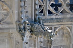 Myslelo sa na detaily. Na gotickom chráme sa naozaj stavbári počas plejády rokov vyhrali. Exteriér i interiér ponúka obrovské množstvo detailných prvkov, z ktorých každý jeden je umeleckým dielom. Ako aj tieto chrliče vody alebo socha vojaka.