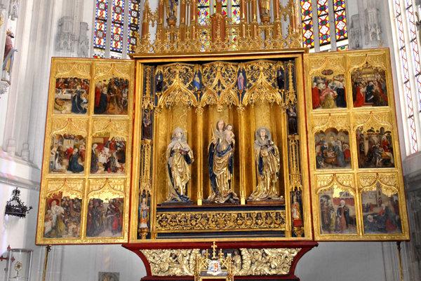 Hlavný oltár sv. Alžbety. Je považovaný za najvýznamnejšiu pamiatku stredovekého umenia na Slovensku. Jeho výnimočnosť spočíva v tom, že pozostáva z dvoch párov pohyblivých krídel, na ktorých je dvanásť obrazov s tromi tematickými celkami – alžbetínsky, pašiový a adventný.