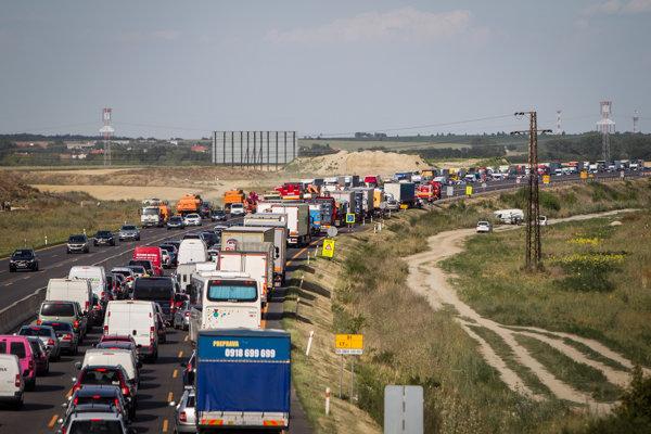 Kolóna po štvrtkovej nehode na diaľnici D1.