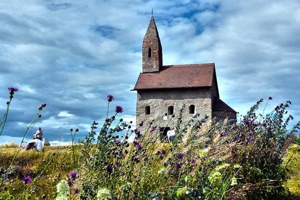 Jedným zo zaujímavých miest v kraji je Dražovský kostolík pri Nitre.