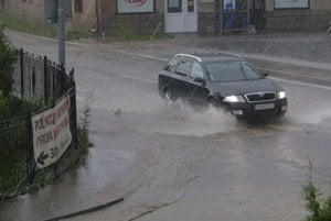 Prívaly vody zaplavili ulice.