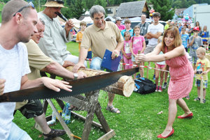 Súťaže v pílení dreva sa zúčastnili aj ženy.