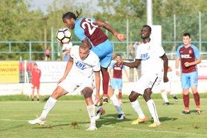 Hráč Trabzonsporu Hugo Rodallega (uprostred) v súboji s dvomi Sereďčanmi.