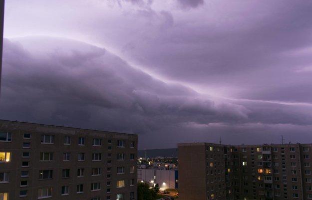 Pondelková večerná búrka nad Prešovom.