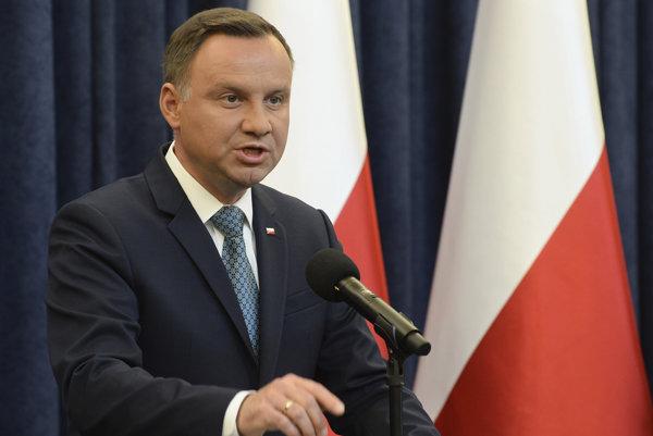 Poľský prezident Andrzej Duda ohlasuje veto dvoch z troch kontroverzných zákonov, ktoré by ubrali nezávislosť poľských súdov.