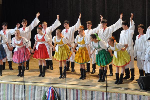 Vystúpenie domácich mladých folkloristov.