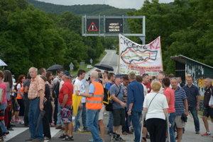 Protestujúci zablokovali priechod Soroška.