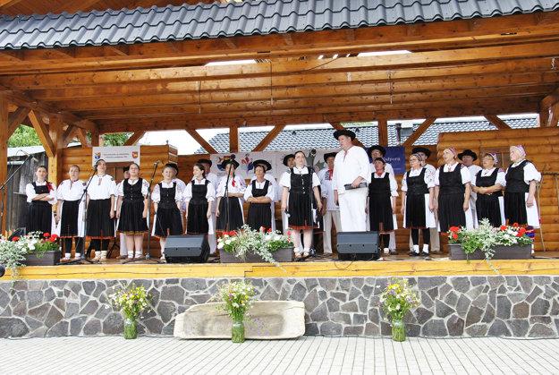 Folklórna skupina Podžiaran oslavovala okrúhle výročie. Spomienky starších členov sú vzácnym zdrojom pre zachovávanie tradícií.
