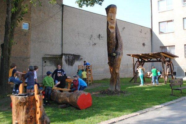 Oddychová zóna vnádvorí radnice. Hojdačky museli autori diela po rokoch používania opraviť.