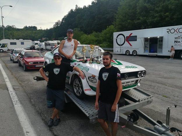 MTB Racing Team (bratia Beníkovci a Gallik) s trofejami po pretekoch na Jankovom Vŕšku