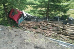 Vodičovi kamióna sa pri hrozivej nehode našťastie nič nestalo.