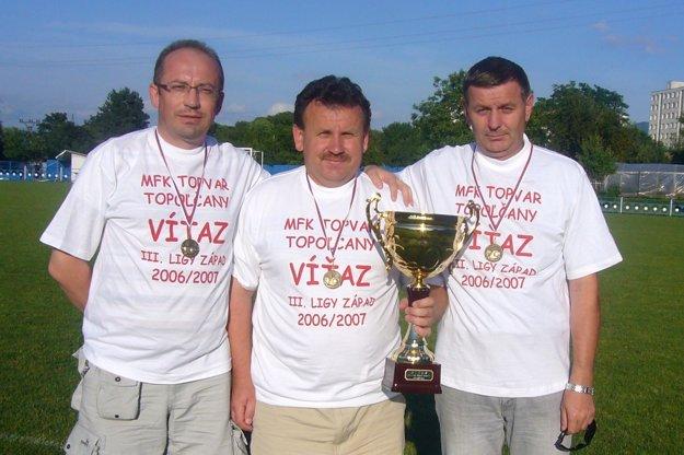 Zľava: Oto Hodál (viceprezident), Peter Jančovič (tréner) aJozef Společník (prezident) vo víťazných tričkách po zápase vLednických Rovniach.