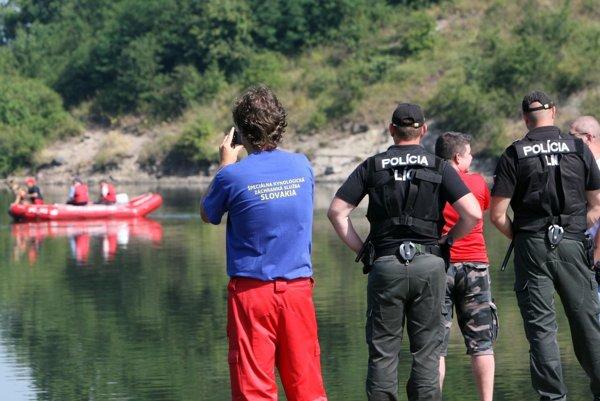 Záchranárske zložky a polícia prepátrali nielen samotné jazero, ale aj okolité lesy.