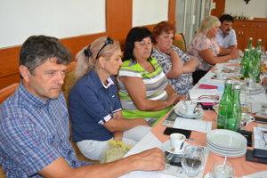 Monika Rohaľová (tretia zľava). Starostka Volice chce rovnoprávne postavenie aj malých obcí.