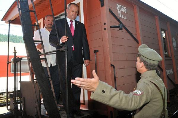 Minister obrany Peter Gajdoš počas návštevy Legiovlaku na hlavnej stanici v Žiline.