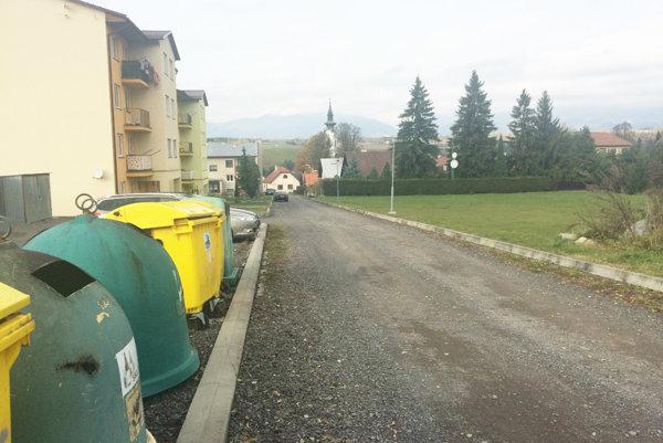 Prístupová cesta k obecným bytovkám.