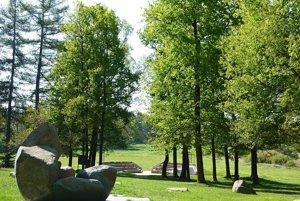 Pamätník obetí rómskeho holokaustu v Letoch.