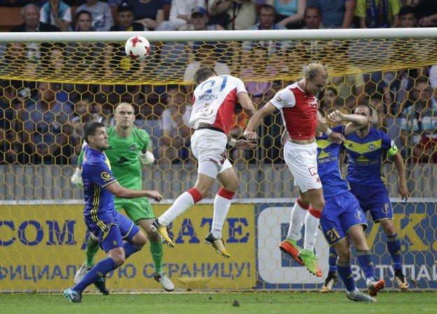 Milan Škoda strieľa gól, vďaka ktorému Slavia postúpila do štvrtého predkola Ligy majstrov.