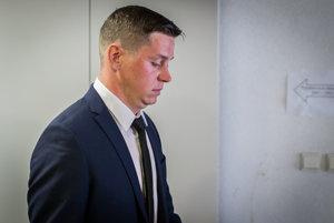 Filip Rybanič prichádza pred súd.
