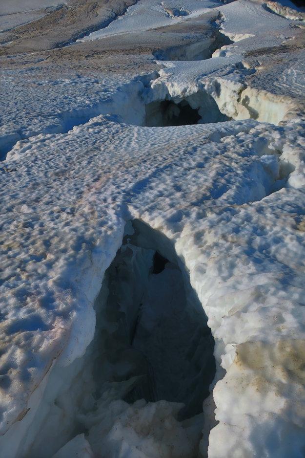 Po takýchto mostíkoch sa bežne prechádza. Na ľadovec preto treba chodiť skoro ráno.
