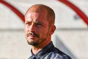 Tréner Spartaka Trnava Nestor El Maestro sleduje zápas.