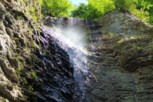 Krásny pohľad na osviežujúci Brankovský vodopád.