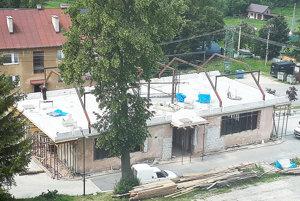 Robotníci do konca leta dorobia strechu.