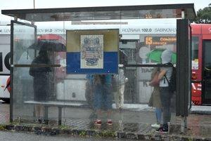 Na snímke cestujúci na autobusovej zástavke v Košiciach 7. augusta.