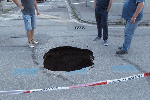 Kráter na Kasalovej ulici sa objavil pred týždňom. Cesta bola do konca týždňa uzavretá, MHD sem pustili až v sobotu.