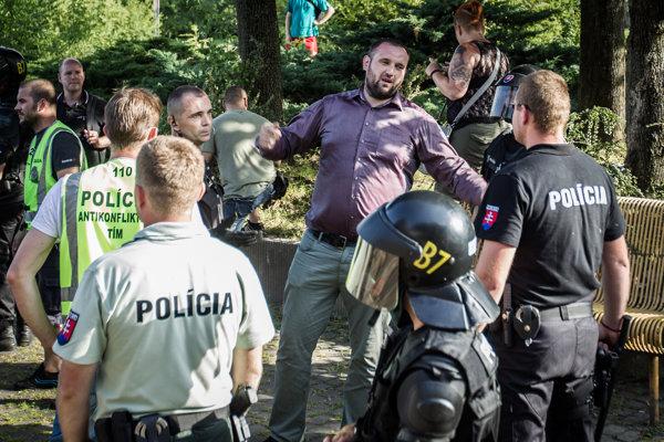 Zatýkanie Mariána Magáta počas pochodu a zhromaždenia extrémistov proti diktátu Bruselu.