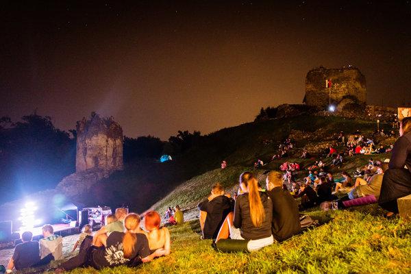 Z minulého roka. Takto to vyzeralo na premietaní filmov na Šarišskom hrade.