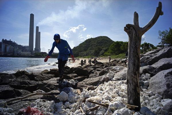 Upratovanie hongkongského pobrežia.