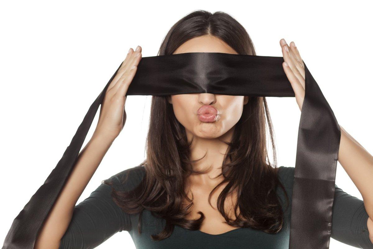 видео девушки завязывают глаза несказанно
