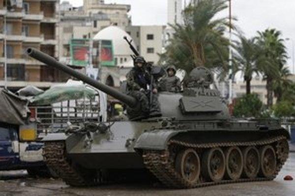 Libanonskí vojaci strážia pobrežné mesto Tripoli. Sýrsky konflikt viackrát prenikol na územie Libanonu aj do oblasti spoločných hraníc.