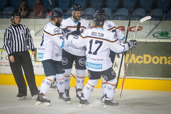 Hráči HC Košice sa radujú po jednom zo svojich gólov.