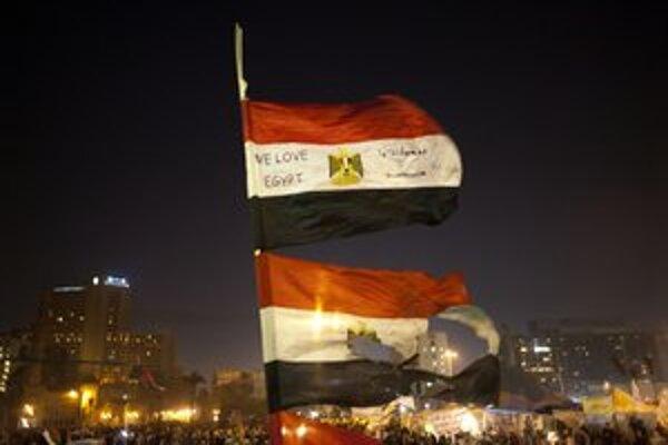 Nespokojenci ostro odsudzujú ústavu navrhnutú ústavodarným zhromaždením, v ktorom majú väčšinu islamisti.