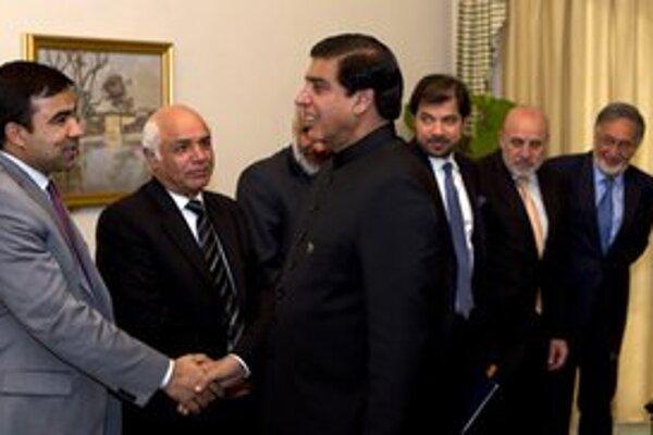 Pakistanský premiér (v strede).
