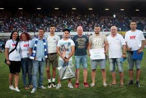 V polčasovej prestávke vyvrcholila súťaž trénerov o sadu dresov od spoločnosti PP Invest. Vyhral ich Števo Zeman z Jelenca.