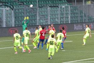 Jedna z mála útočných aktivít Seničanov v 4. kole Fortuna ligy MŠK Žilina - FK Senica.