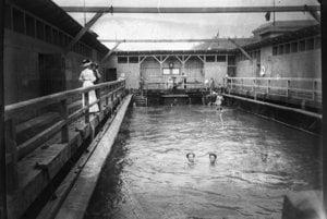 Lodné kúpalisko na Dunaji. Pozostávalo z pontónov, na ktorých sa nachádzala drevená konštrukcia. V strede bol bazén, cez ktorý pretekala riečna voda.