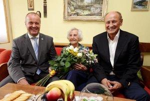 Na fotografii minister obrany Peter Gajdoš, oslávenkyňa pani Vicenová a primátor Ružomberka Igor Čombor.