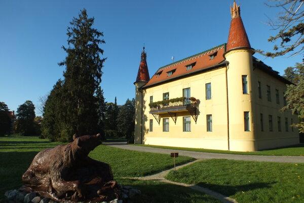 V zozname významných lesníckych miest je aj Poľovnícky zámok v Topoľčiankach.
