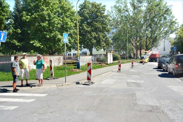 Takmer nový chodník. Aj ten rozryjú pre parkovacie miesta.