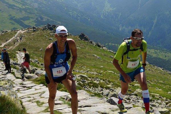 Horské behy lákajú širokú verejnosť iosobnosti. Vedľa Richarda Zvolánka (vľavo) je Marcel Matanin, bývalý reprezentant Slovenska vmaratóne, účastník OH 2004 vAténach, dnes organizátor bežeckých pretekov atréner.